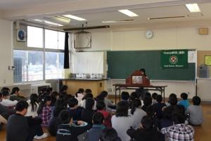 広い教室で、ふたつの学年ごとに紙芝居を見てもらったよ